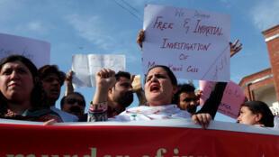 صدها نفر در اعتراضاتی در چندین شهر پاکستان خواهان بررسی قتل مشعل خان شده اند.