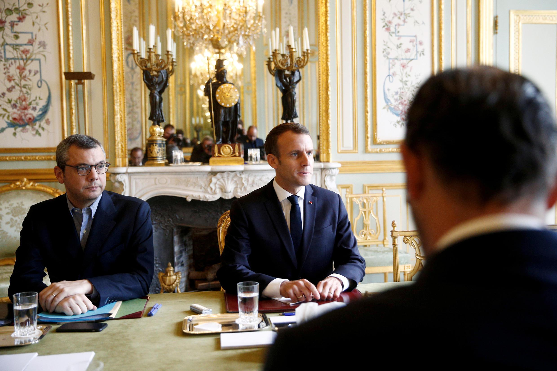 Le président Emmanuel Macron (c) en face du Premier ministre Edouard Philippe lors de la réunion de crise à l'Elysée, le 2 décembre 2018.