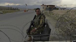 Un soldado afgano vigila un control de carretera próximo a la base militar de EEUU en Bagram, el 29 de abril de 2021 unos 50 km al norte de Kabul