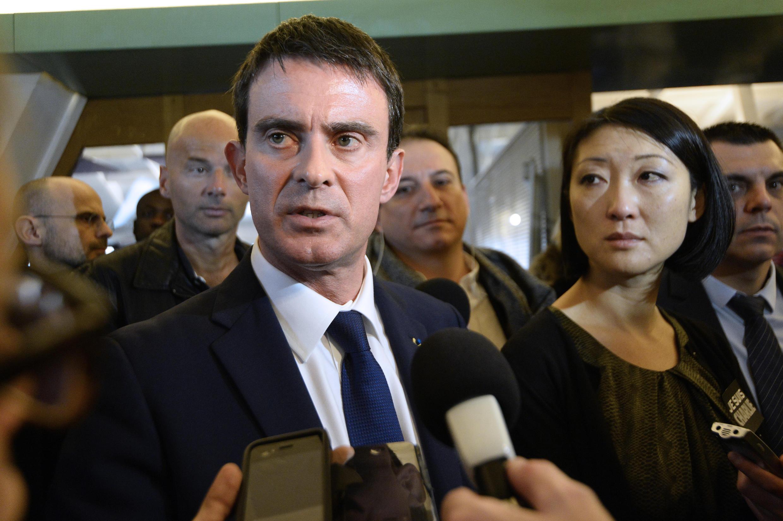 O primeiro-ministro francês, Manuel Valls, durante visita à sede do jornal Libération, onde foi preparada a nova edição de Charlie Hebdo.