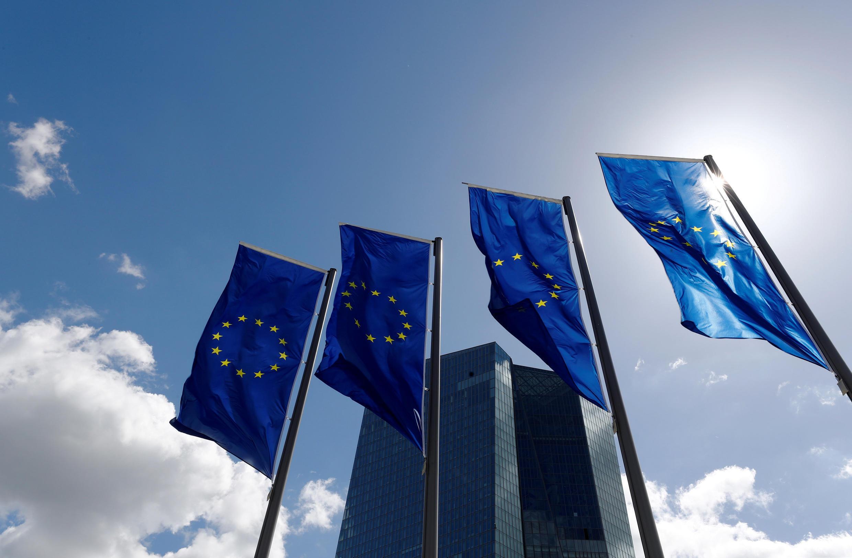 Cờ trước trụ sở Ngân hàng Trung ương Châu Âu tại Frankfurt, Đức. Ảnh 26/04/2018.