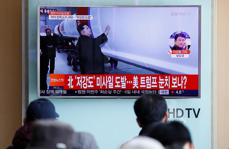 Жители Сеула смотрят сюжет о новом ракетном испытании в КНДР 12 февраля 2017.