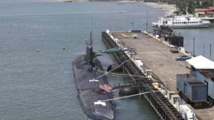 Tàu ngầm Mỹ USS Olympia cập cảng ở Subic Freeport, một căn cứ Hải quân Mỹ, cách thủ đô Manila112,6 km (70 dặm) về phía tây. Ảnh chụp trong tháng 08/2012.