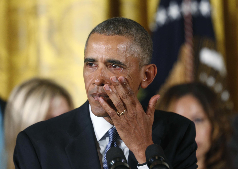 Tổng thống Mỹ Barack Obama lau nước mắt khi nói về vụ xả súng tại Newtown và nhiều vụ khác trong lúc thông báo các biện pháp mới kiểm soát vũ khí, tại Nhà Trắng, Washington ngày 05/01/2016.