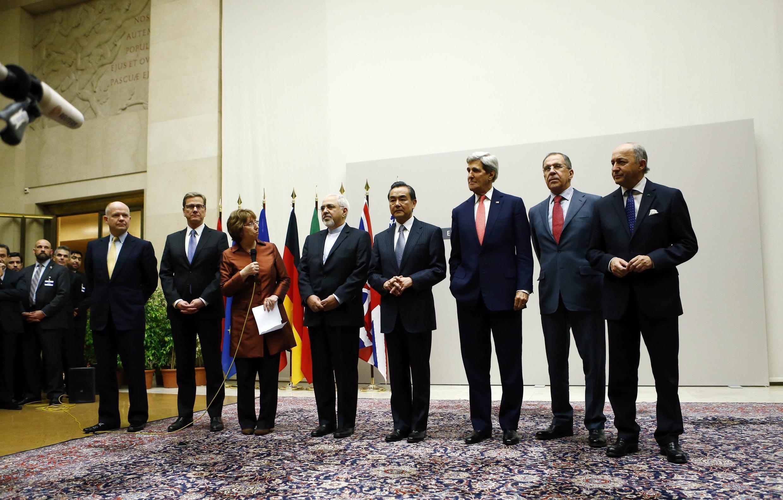 Foto dos participantes da reunião do grupo P5 +1, em Genebra sobre programa nuclear iraniano.