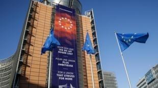 """Cờ Liên Hiệp Châu Âu tại trụ sở Ủy Ban Châu Âu, phía dưới có khẩu hiệu bằng nhiều thứ tiếng """"Vì một liên hiệp có nhiều tham vọng hơn"""", Bruxelles, Bỉ. (Ảnh chụp ngày 03/12/2019)"""