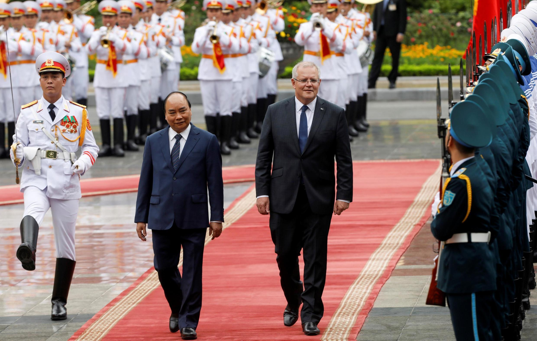 (Ảnh minh họa) - Thủ tướng Úc Scott Morrison (P) và thủ tướng Việt Nam Nguyễn Xuân Phúc duyệt đội quân danh dự, Hà Nội, Việt Nam, ngày 23/08/2019.