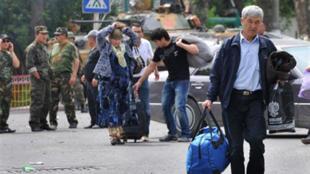 Un Ouzbek quitte la ville de Och, le 15 juin 2010.