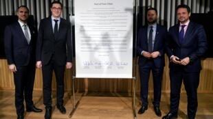 """Da esquerda para a direita, os prefeitos de Praga, Zdenek Hrib, de Budapeste, Gergely Karácsony, de Bratislava, Matus Vallo, e de Varsóvia, Rafal Trzaskowski, assinaram o """"pacto das cidades livres"""" para lutar contra os governos populistas em seus países."""