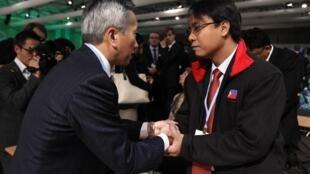 联合国气候大会上日本代表(左)向菲律宾代表(右)致哀