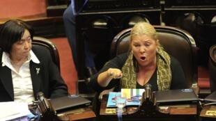 A deputada argentina Elisa Carrió denunciou nesta terça-feira (19) o ex-ministro do Planejamento dos Kirchner e atual deputado, Julio de Vido, por possível delito de corrupção. Foto de arquivo: 17/04/13
