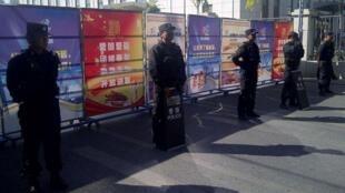 2014年9月17日,北京獨立維族學者伊力哈木在烏魯木齊某法院受審時,警方嚴密把守法院外道路。