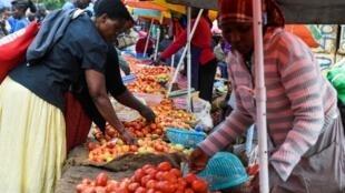 Une femme vend des tomates sur un marché de Nairobi (image d'archives)