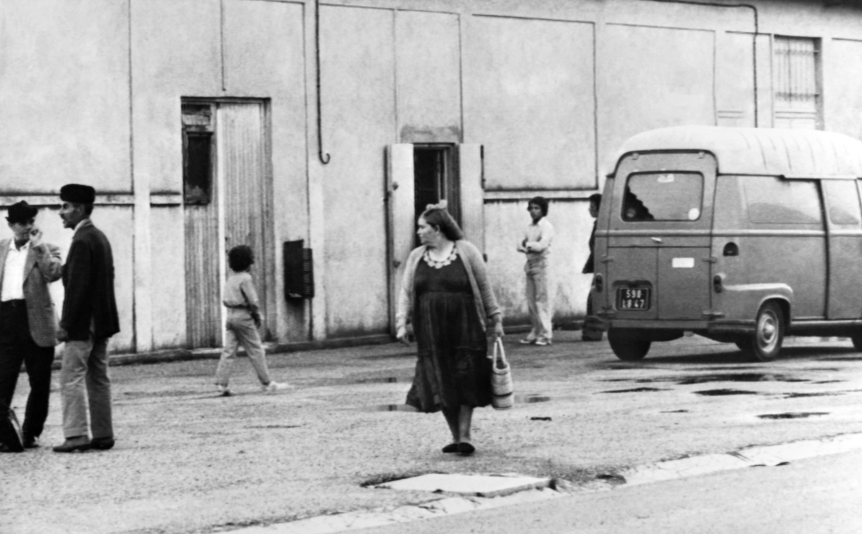 Harkis dans le camp de Bias, dans le Lot-et-Garonne, en 1975.