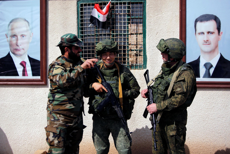 Soldados russos e sírios próximos de Damasco, em 2 de março de 2018.