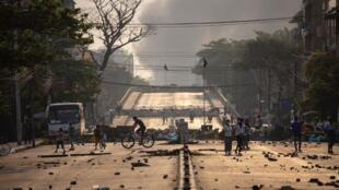 Calle de Rangún donde este lunes proseguían las manifestaciones pro democracia, 15 de marzo de 2021.