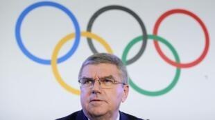 O presidente do CIO Thomas Bach anuncia a suspensão da Rússia dos Jogos Olímpicos