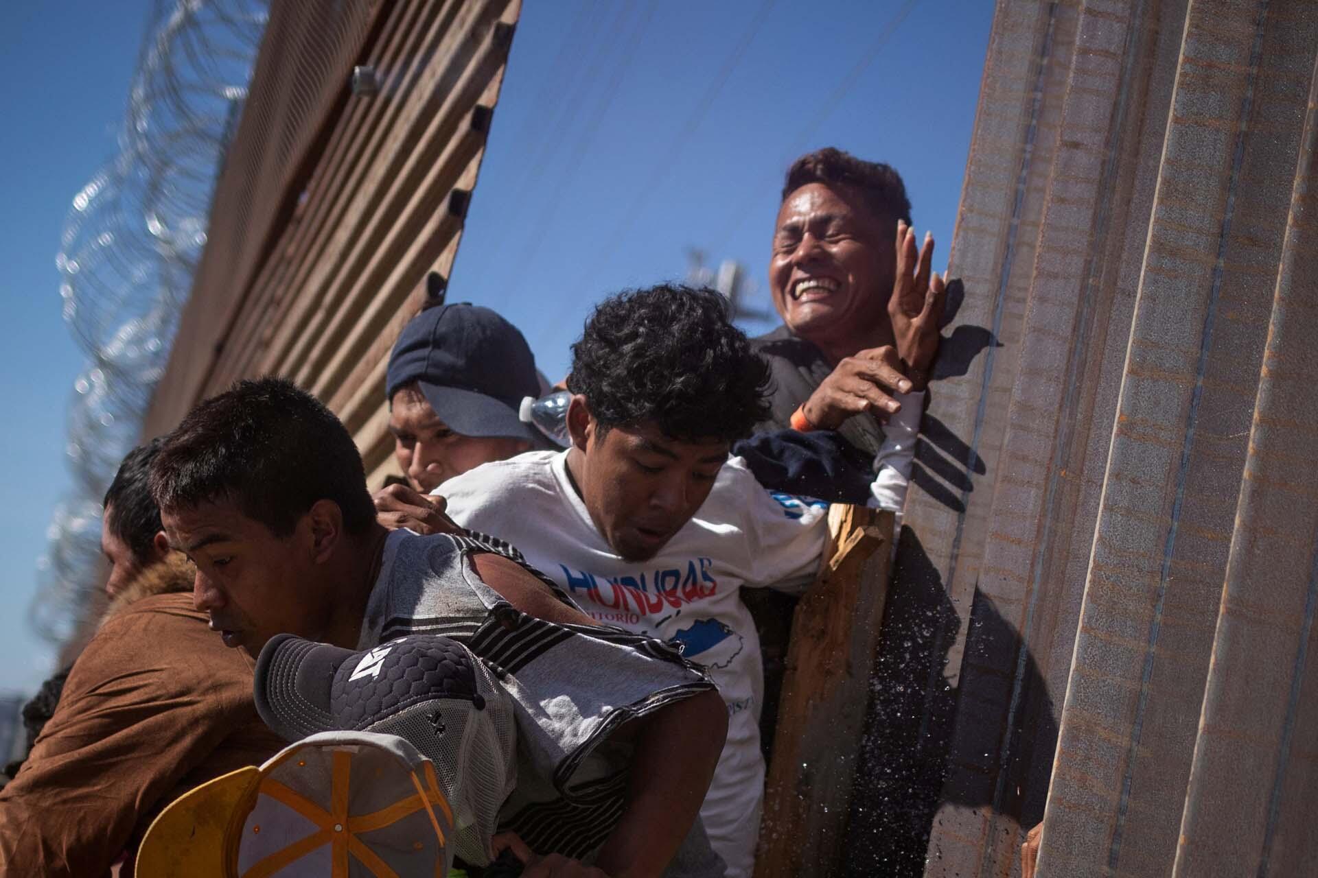 Des migrants qui ont tenté de franchir illégalement le mur de la frontière aux États-Unis à Tijuana, au Mexique. Photo datée du 25 novembre 2018.