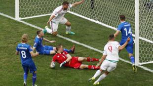 Trận cầu giữa đội Iceland (áo xanh dương) và Hungary (áo trắng), bảng F tại sân vận động Velodrome, Marseille, Pháp.