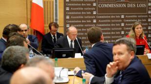 Ministro francês do Interior Gérard Collomb ouvido pelos deputados da comissão das Leis da Assembleia nacionalée, em Pari, a 23 de Julho de 2018.