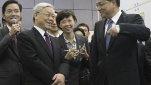 Ông Nguyễn Phú Trọng và phó thủ tướng Trung Quốc Lý Khắc Cường, ngày 12/10/2011 tại Bắc Kinh. Nhân chuyến công du của ông Trọng, Trung Quốc đã cam kết không dùng võ lực tại Biển Đông.