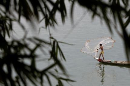 Một ngư dân Cam Bốt đang quăng lưới trên dòng sông Mêkông, ngày 19/4/11. Dự án đập thủy điện Xayaburi của Lào làm các nước láng giềng lo ngại vì có thể làm nhiều loài cá trên dòng sông này bị tuyệt diệt, mất đi nhiều diện tích đất nông nghiệp.