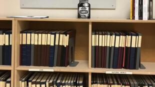 Des livres soigneusement rangés sur les rayons de la Bibliothèque Brautigan.