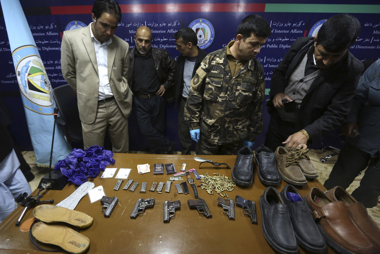 Viongozi wa usalama nchini Afghanistan wakionyesha silaha na risasi vilivyotumiwa na wapigaanji wa taliban katika shambulio dhidi ya hoteli moja ya kifahari mjini Kabul.