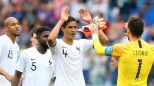 Kikosi cha Ufaransa kikisherehekea baada ya ushindi dhidi ya Uruguay kwa mabao 2-0, Julai 6 2018