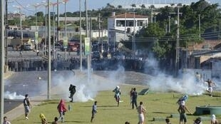 Violentos confrontos entre manifestantes e policiais ocorreram nesta quarta-feira nos arredores da Arena Castelão, em Fortaleza.