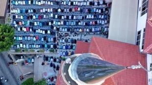 Une vue aérienne prise le 31 juillet 2020 montre des musulmans au moment de la prière dans une mosquée de Tirana à l'occasion de l'Aïd el-Kebir (image d'illustration).