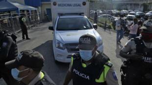 Un móvil de medicina legal que transportaba el cadáver de un recluso sale de la prisión en Guayaquil, Ecuador, después de un motín registrado el 25 de febrero de 2021