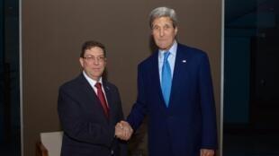 Mawaziri wa mambo ya nje wa Marekani na Cuba, John Kerry (kulia) na Bruno Rodriguez (kushoto), wakati wa mazungumzo ya kihistoria katika mji wa Panama, mwezi Aprili 2015.