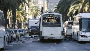 Автобус президентской гвардии, в котором вечером 24 ноября произошел взрыв, Тунис, 25 ноября 2015.