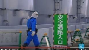 工人進行拆除核反應堆的工作