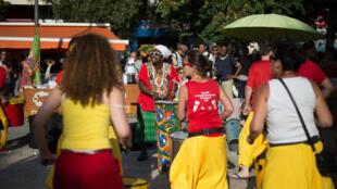 Des danses d'inspirations africaines accompagnent les percussions qui retentissent dans cette rue de Marseille.