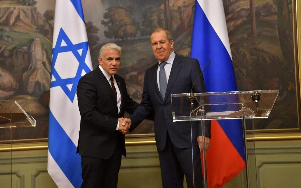 یائیر لاپید و سرگئی لاوروف وزرای امور خارجۀ اسرائیل و روسیه در یک کنفرانس خبری مشترک در مسکو.