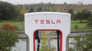 Une borne de recharge Tesla pour voitures électriques près d'un parking à Kitchener au Canada, le 13 octobre 2017.