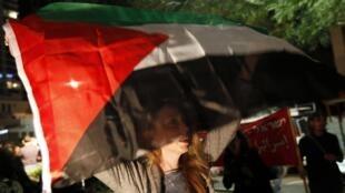 Una mujer israelí agita una bandera palestina, ayer 29 de noviembre en Tel Aviv.