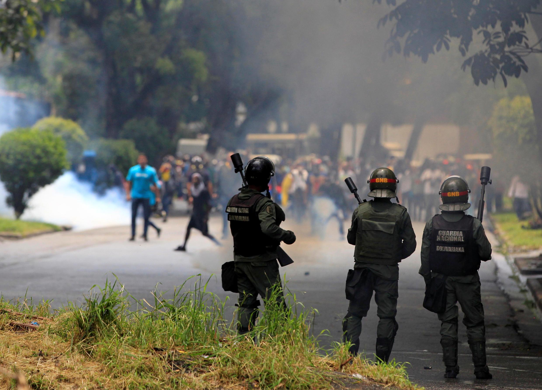 Confrontos entre polícia e manifestantes tem sido cada vez mais violentos na Venezuela