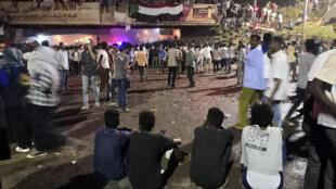 Waandamanaji wakikusanyika mbele ya makao makuu ya jeshi jijini Khartoum, tarehe 9 Aprili 2019.