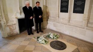 Sergio Mattarella y Emmanuel Macron frente a la tumba de Leonardo da Vinci.