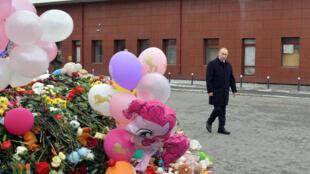 Tổng thống Nga Vladimir Putin thăm địa điểm xảy ra hỏa hoạn làm 64 người chết ở Kemerovo, ngày 27/03/2018.