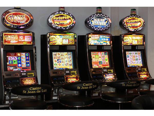Machines à sous au Casino Joa, dans la ville balnéaire de Saint-Jean-de-Luz, dans le sud-ouest de la France.