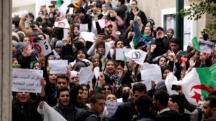 Des milliers d'étudiants ont manifesté dans plusieurs villes d'Algérie, mardi 26 février, pour exprimer leur mécontentement et leur opposition au 5e mandat de Bouteflika.