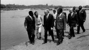 En 1971, le secrétaire général pour les Comités africains et les Affaires africaines et malgaches, Jacques Foccart, lors de la 1ère visite officielle du président Georges Pompidou au Cameroun avec le président  Ahmadou Ahidjo.