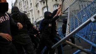 Na semana passada, protestantes armaram uma barricada diante do Parlamento; novos protestos são esperados para este 1° de maio