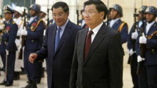 Thủ tướng Cam Bốt Hun Sen (trái) và đồng nhiệm Lào Thongloun Sisoulith tại Phnom Penh, 27/06/2016.