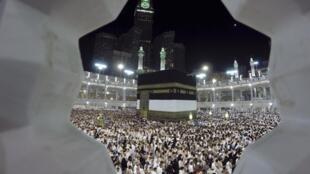A peregrinação anual a Meca, onde milhares de muçulmanos se reúnem, é ameaçada pelo vírus Ebola. 1 de outubro de 2014