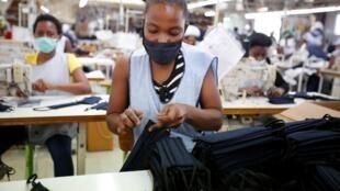 Coronavirus - Fabrication de masques de protection à Port-au-Prince, Haïti, le 21 avril 2020.